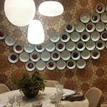 Pratos esmaltados na parede, gente! O que acham dessa ideia? Se você já tem peças assim em casa, é uma boa opção para decorar ambientes como a sala de jantar (como foi na @casacor_goias) e a cozinha. Em algumas casas, os pratos também são utilizados nas paredes da sala  #casacorgoias2016 #casacorgoias #decor #decoracao #inspiracao #homedecor #pratos