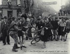 (Tour 1947 en Atxuri) Gino Bartali, que habia pinchado, intentando robar la cámara de la bici de una dama.