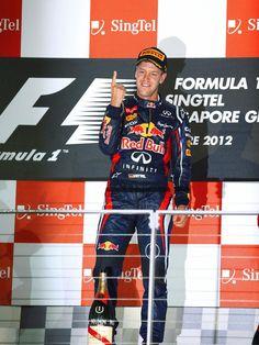 Formel-1-Weltmeister Sebastian Vettel war auch beim Großen Preis von Singapur die Nummer eins. Der Heppenheimer siegte beim Nachtrennen vor dem Briten Jenson Button und Fernando Alonso aus Spanien. (Foto: Jens Büttner/dpa)