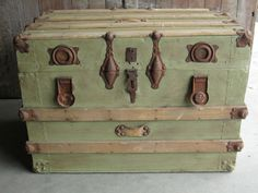 Antique Trunk painted a vintage green. I love vintage trunks. Old Trunks, Vintage Trunks, Trunks And Chests, Antique Trunks, Antique Chest, Vintage Suitcases, Vintage Luggage, Painted Trunk, Trunks Painted
