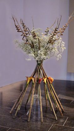 'Terwijl hij hen zegende, ging hij van hen heen en werd opgenomen in de hemel'.   – De twaalf stokken waar bloemen met steekbuisjes aan bevestigd zijn, zijn de twaalf leerlingen. – De kleur van de bloemen geeft de liefde weer die de … Lucas 24, Gypsophila, Carnations, Ikebana, Flower Arrangements, Floral Design, Centerpieces, Baby's Breath, Flower Ideas