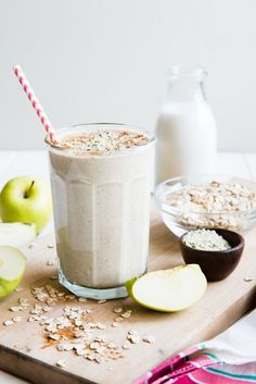 apple oatmeal flax chia seeds hemp breakfast smoothie / I wasn't a huge fan of the consistency. Also not a low calorie smoothie. Smoothie Breakfast, Oat Smoothie, Oatmeal Smoothies, Smoothie Drinks, Diet Breakfast, Healthy Breakfast Recipes, Healthy Smoothies, Healthy Drinks, Apple Breakfast