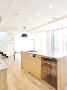 中庭に面した大きなサッシは天井からの下がり壁をなくして外部の景色をそのまま取り込みます。光に刻々と照らされる植栽などを通して、豊かな時の移ろいを感じます。#ピクチャーウィンドウ #キッチン #設計 #自由設計 #注文住宅 #住宅 #デザイン住宅 #建築 #おしゃれ #工務店 #タチ基ホーム #名古屋 #愛知 Kitchen Island, Home Decor, Island Kitchen, Decoration Home, Room Decor, Interior Decorating