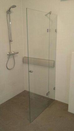 Deze wegklapbare douchedeur type C in Vlaardingen geplaatst