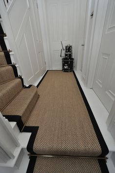 sisal stair runners Bowloom sisal stair runners with binding tape and Austin - Las Vegas Antique Brass stair rods Stairs are the most typical place in the home to possess carpet, and yet they are also the trickiest. Choosing carpet for the sta Hallway Flooring, Outdoor Carpet, Staircase Design, Victorian Hallway, Sisal Stair Runner, Hallway Designs