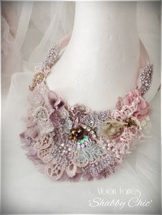 Art Shabby Chic cast by hand. Necklace embroidered with lace and stones. Paper Jewelry, Fabric Jewelry, Fabric Flower Necklace, Vintage Veils, Flower Girl Headbands, Pearl And Lace, Fabric Beads, Homemade Jewelry, Beautiful Necklaces