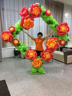 A lovely photo frame built on a freestanding frame. Balloon Frame, Balloon Columns, Balloon Wall, Balloon Backdrop, Columns Decor, Deco Ballon, Balloons Galore, Ballon Decorations, Balloon Pictures
