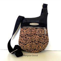 Sac Be-Bop cousu par Marquise Grenat - Tissu(s) utilisé(s) : Liège noir et liège dentelle doublure coton - Patron Sacôtin : Be-Bop