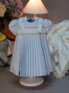 Vestido niña con pliegues y encaje