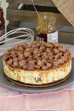 The Ultimate No-Bake Mars Bar Cheesecake. packed full of Mars Bars, chocolate sauce and caramel sauce! Talk about delicious! ALL the Mars Bars. Sound like your idea of Fun Desserts, Delicious Desserts, Dessert Recipes, Yummy Food, Delicious Chocolate, Healthy Desserts, Cheesecake Bars, Cheesecake Recipes, Thermomix Cheesecake