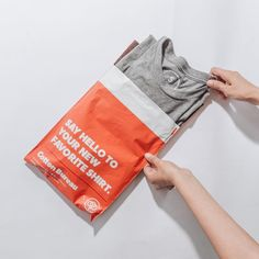 Packaging per e-commerce: il curioso caso delle unboxing experience Clothing Packaging, Fashion Packaging, Cool Packaging, T Shirt Packaging, Underwear Packaging, Packaging Ideas, Mailer Design, Branding Design, Corporate Branding