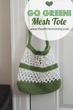 Go Green! Mesh Tote Pattern Go green with this simple Mesh Tote that is perfect for the market, beach, or any other fun summer event! Crochet Shell Stitch, Bead Crochet, Filet Crochet, Crochet Crafts, Crochet Projects, Crochet Market Bag, Crochet Tote, Crochet Handbags, Crochet Purses