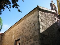 La iglesia de San Miguel está tan metida en el centro del pueblo que no es fácil de fotografiar.