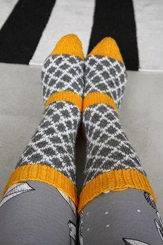 Uuden vuoden tienoilla tein itselle kirjoneulesukat, jotka myötäilevät jalkaa. Malliltaan ne ovat taas napakat ja kirjoneule estää sukan ve... Wool Socks, Knitting Socks, Hand Knitting, Knit Crochet, Pattern, Handmade, Color, Knits, Crafts