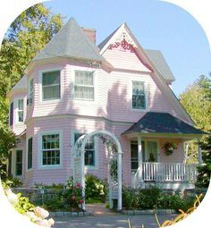 Pink, Rose, and Coral House Colors: Pink and White Cottage: You wouldn't want to paint a large house pink, but the cotton candy color gives fairy tale charm to this cozy Queen Anne cottage in Jackson, New Hampshire. Style Cottage, Cute Cottage, Cottage Homes, Victorian Cottage, Victorian Homes, Victorian Decor, Pink Houses, Old Houses, Colorful Houses