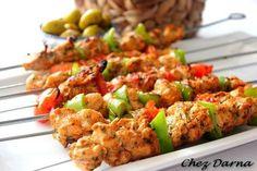 Aujourd'hui je vous mets ma recette de brochettes de blanc de poulet avec une excellente marinade qui donne des brochettes tendres et délicieuses. pour un résultat meilleur,les mariner bien à l'avance... pour les ingrédients 500gr de blanc de poulet coupé... Plats Weight Watchers, Classic Salad, Moroccan Chicken, Chicken Skewers, Barbecue Grill, Couscous, Mets, Fried Rice, Potato Salad