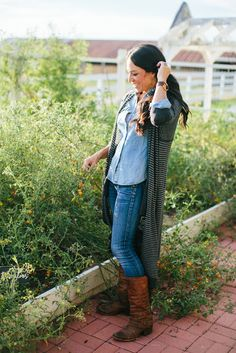 How to dress like Joanna Gaines: a guide to her wardrobe - Hazel Darling Joanna Gaines, as seen on HGTV's Fixer Upper, not only has a good sense of style in decor but also in clothing. Here is a guide to Joanna Gaines wardrobe. Stylish Mom Outfits, Casual Fall Outfits, Fall Winter Outfits, Cute Outfits, Casual Boots, Winter Style, Joanna Gaines Blog, Fall Wardrobe Essentials, Autumn Essentials