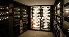 Omgeving Deze metalen wijnkast op maat wordt geïntegreerd in een afgesloten ruimte onder de trap van deze villa aan de rand van Brussel. Gelegen in het verlengde van de ingangshal fungeert deze wijnkast niet alleen als opslagruimte en presentatiekast van wijnen maar is hij een...