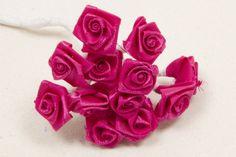 Mini rose en satin de couleur Fuchsia, pour votre décoration de table, bouquet, ballotin, et faire part. Caractéristiques : Lot 6 bouquets de 12 petites fleurs artificielles en tissu 1,5 cm de diamètre environ avec tige métallisée de 8 cm Couleur : Fuchsia