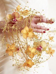 """Filigran und ein Traum in Gold - dieser leichte Brautschmuck mit Orchideen-Blüten. Die Verwendung dieses Bildes ist für redaktionelle Zwecke honorarfrei. Veröffentlichung bitte unter Quellenangabe: """"Fachverband Deutscher Floristen e.V."""