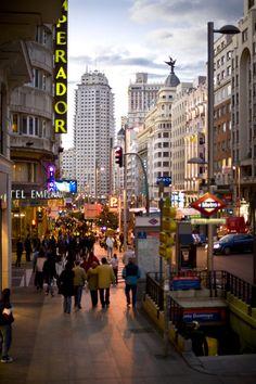 La Gran Vía es el Broadway español La Gran Vía, centenaria ya, cuenta con el mayor número de teatros por metro cuadrado de la capital. Es más, recibe el sobrenombre del Broadway español, ahí es nada. Sólo hay que pasearse por ella al caer el sol para que sus neones hagan magia y quedes atrapado bajo su encanto para siempre.