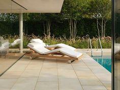 Terrassenplatten aus Naturstein - Sandsteinplatten für den Lounge-Bereich neben dem Pool