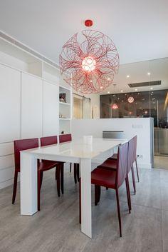 Una cocina visualmente abierta al salón-comedor. Una #cocina #Arclinea en el modelo #Gamma acabado acero inoxidable y laca brillo grafito.  #kitchen #design