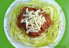"""Výborné a jednoduché jedlo plné bielkovín vhodné ako ľahký obed či večera. Ingrediencie (na2 porcie): 2 menšie cukety 150-200g tuniaka Calvo vo vlastnej šťave 4-5 PL paradajkového pretlaku 4 PL vody 40g strúhaného syra čierne korenie bazalka morská soľ Postup: Cukety si umyjeme a pomocou škrabky z nich vyškrabeme """"špagety"""". Ak škrabku nemáte, môžete ich […]Podeľte sa o tento super recept so známymi"""