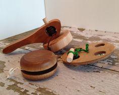 Folk Toys that Spin - Handgefertigtes Folk-Spielzeug aus Holz, bestehend aus Oberteil, Jo-Jo, Spinnrad - Holz-Folk-Spielzeugset - Partyspielset - Rustic Toys & Items - Handcrafted Rustic Toys, Folk, History, Handmade Gifts, Wooden Toys, Etsy, Ideas, Products, Woodworking Toys