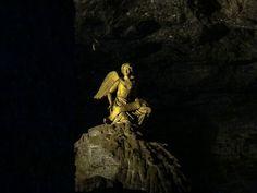 Post novo no ar! Quando estivemos na Colômbia visitamos a famosa Catedral de Sal. Uma imensa igreja dentro de uma mina de sal a 180 metros embaixo da terra. Alguns cenários diferentes como esse anjo sentado sobre uma pedra. --------- New post in the air! When we were in Colombia we visited the famous Cathedral of Sal. An immense church inside a salt mine 180 meters underground. Some different scenarios like that angel sitting on a rock. --------- #colombia #bogota #zipaquira #catedraldesal…