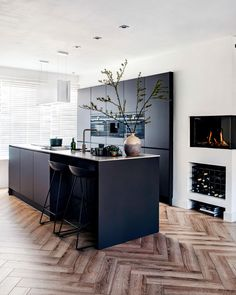 Modern Kitchen Design, Interior Design Kitchen, Kitchen Decor, Black Kitchens, Home Kitchens, Open Plan Kitchen Living Room, Cuisines Design, Kitchen Flooring, Kitchen Cabinets