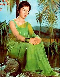 Sadhana actress in solid color unembellished chiffon saree in her younger days. What's interesting is the contrast or slightly off color blouse and of course the elaborate hairdo and makeup. Beautiful Bollywood Actress, Most Beautiful Indian Actress, Beautiful Actresses, Indian Film Actress, Old Actress, Indian Actresses, Bollywood Cinema, Bollywood Stars, Sadhana Actress