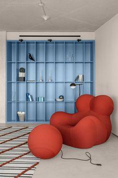 Residential Interior Design, Interior Exterior, Interior Architecture, Red Interior Design, Blue Dining Tables, Decoration Chic, Minimalist Apartment, Living Spaces, Living Room