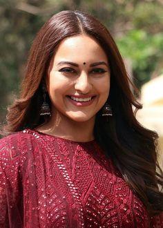 Beautiful Bollywood Actress, Most Beautiful Indian Actress, Sonakshi Sinha, Kareena Kapoor, Indian Designer Outfits, Indian Beauty Saree, Beautiful Gorgeous, Bollywood Fashion, Indian Actresses