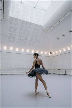 Francesca Hayward im Royal Opera House. Dance Photography Poses, Dance Poses, Ballet Pictures, Dance Pictures, Ballet Girls, Ballet Dancers, Ballet Couple, Dance Dreams, Ballerina Project