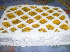 Receita de Bolo Mousse de Maracujá - bolo ao meio e molhe com leite puro, mexa o mousse e coloque todo no bolo, depois coloque a outra parte do bolo, molhe mais um pouco e coloque a...