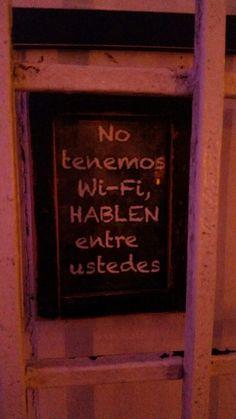 1. Encontré esta propaganda en la puerta principal de un bar en Puerto Rico. ¿Por qué la herencia puso instrucciones así para los clientes? 2. Cuando salgas a un restaurante, ¿Pasas más tiempo manteniendo interacciones virtuales por el celular o...