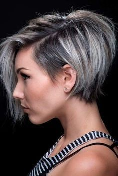 Tendance Coupe & Coiffure Femme Description I really need my bangs to lay like these! Short Hair With Layers, Short Hair Cuts For Women, Cool Short Hairstyles, Hairstyles 2018, Layered Hairstyles, Trending Hairstyles, Summer Hairstyles, Woman Hairstyles, Fringe Hairstyles