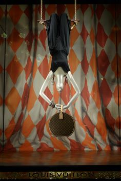 Louis Vuitton Circus windows, Paris Tightrope walkers, trapeze artists, acrobats and elephants bring the magic circus world alive at Louis Vuitton. This world perfectly fits to Louis Vuitton. The founders of the Fashion Maison are well known about their inventiveness as the artists about skills in circus.