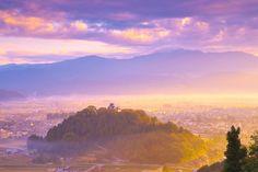 福井県大野市北西部に位置する標高約249mの亀山に、武将金森長近が5年の歳月をかけて築いた城。ふもとの町が雲海に包まれる日には、亀山だけが浮かんで見え、越前大野城はまさに「天空の城」と化す。