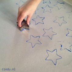 Credu.nl - Inpakpapier stempelen met koekvormpjes kerst http://credu.nl/?s=koek&post_type=product