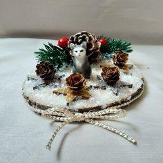 Die Katzenminiatur, steht auf einer Holzscheibe, welche mit Dekoelementen, Glitter und Kunstschnee, sowie einer Deko-Schnur verziert ist. Fake Snow, Wood Rounds, Twine, Cats, Christmas, Dekoration