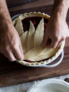 Tutorial on how to make leaf pie crust designs Slow Cooker Desserts, Just Desserts, Delicious Desserts, Yummy Food, Pie Dessert, Dessert Recipes, Beautiful Pie Crusts, Pie Crust Designs, Pie Decoration