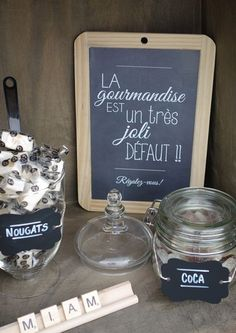 Rustic chic candy bar with chalkboard tags and scrabble letters | Candy bar champêtre chic, étiquettes chalkboard et lettres de scrabble - RUSTIC CHIC WEDDING