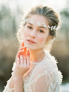 Lythwood loves this pretty bridal headpiece from Olga Delice. So feminine! <3 #lythwood #weddings #headpiece www.lythwoodweddings.co.za Photography: Olga Plakitina Photography