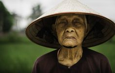 Camponesa em vilarejo do Vietnã