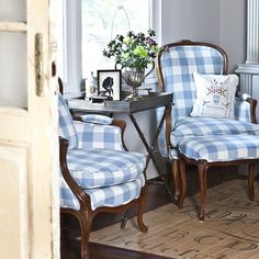Beautiful I love buffalo check! I redid both of these vintage chairs in the same fabric. The post I love buffalo check! I redid both of these vintag . Farmhouse Interior, Home Interior, Interior Design, Rustic Farmhouse, Decoration Ikea, Vintage Chairs, Home And Deco, French Decor, French Country Decorating