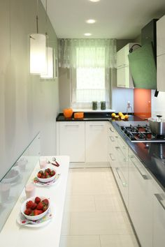 Tak ją urządzisz z projektantem. Galley Kitchen Design, Kitchen Room Design, Modern Kitchen Design, Kitchen Layout, Interior Design Kitchen, Kitchen Decor, Kitchen Ideas, Kitchen Wardrobe Design, Open Plan Kitchen Dining Living