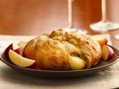 Un délicieux hors d'oeuvre de brie fondant enrobé dans un croissant. Préparez cette recette de brie enrobé dans un croissant Pillsbury en 3étapes faciles et servez-le avec une garniture de votre choix.