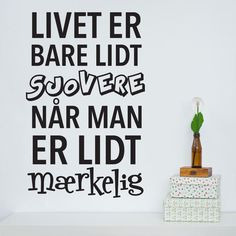 Livet er sjovere når man er mærkelig wallsticker Sign Quotes, Qoutes, Funny Quotes, The Words, Quotes About Everything, Just Be You, Inspire Me, Slogan, Best Quotes